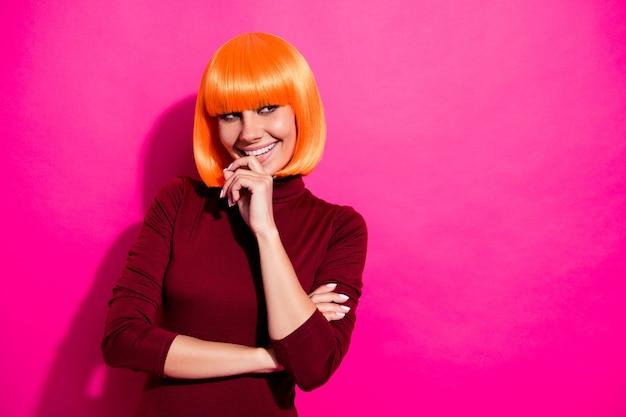 Mannequin poseren met oranje pruik