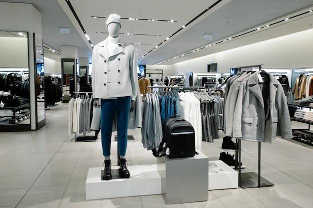 Mannequins gekleed in mannelijke man casual kleding in winkel van winkelcentrum, herfst en winter collectie