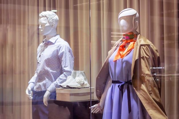 Mannequins in de etalage