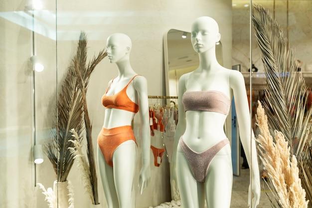 Mannequins in zwemkleding in de etalage van een lingeriewinkel. detailopname.