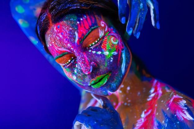 Mannequinvrouw in neonlicht met fluorescerende samenstelling.