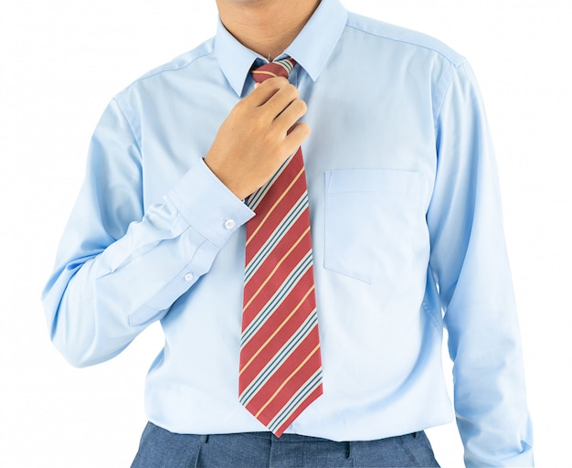 Mannetje dat blauw overhemd en rode band met het knippen van weg draagt