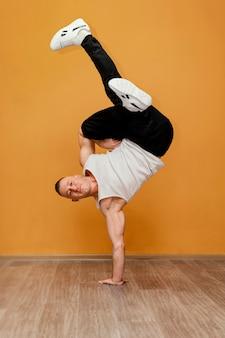 Mannetje dat breakdance uitvoert