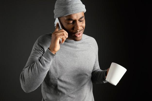 Mannetje dat glb draagt dat op telefoon spreekt