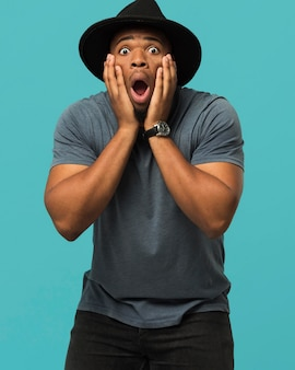 Mannetje dat hoed draagt die wordt verrast