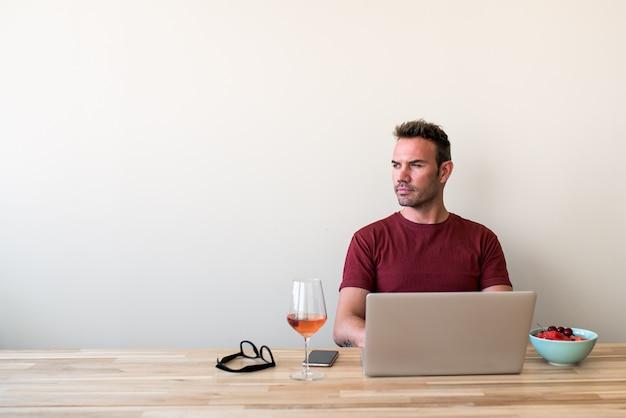 Mannetje die freelancer laptop thuis met behulp van