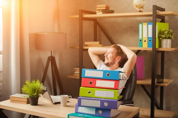 Mannetje die freelancer thuis aan laptop werken.