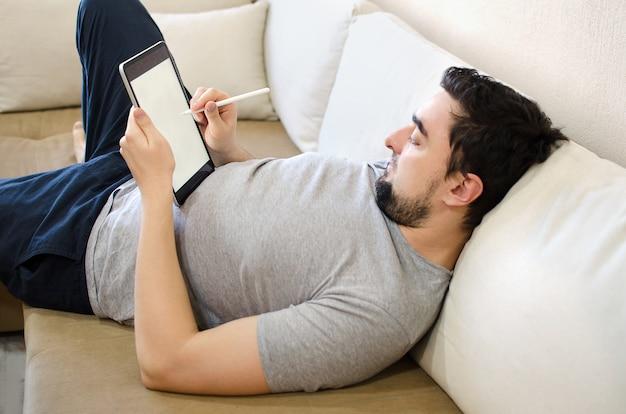Mannetje die naald op te trekken tablet gebruiken