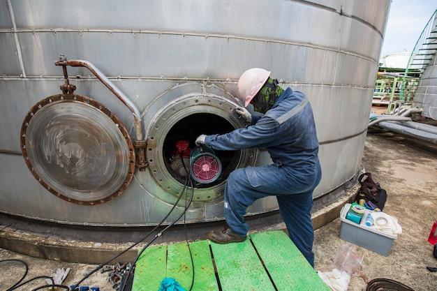 Mannetje in brandstoftank oliegebied besloten ruimte veiligheidsventilator frisse lucht
