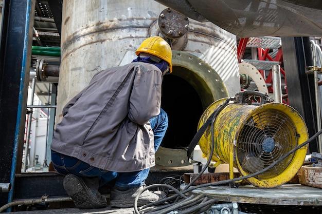 Mannetje in het tankoliegebied besloten ruimte veiligheidsventilator frisse lucht