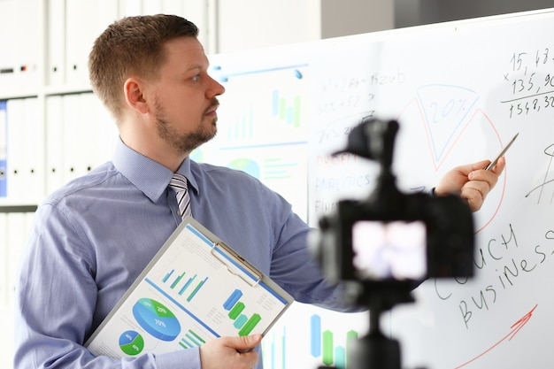Mannetje in pak en stropdas tonen statistieken grafiekblok