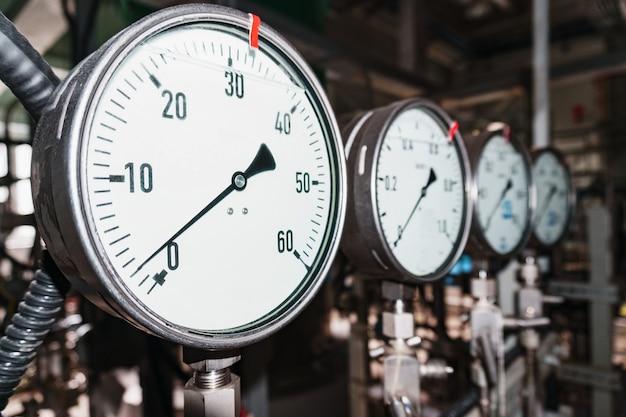 Manometer is een close-up drukmeetapparaat op een rij