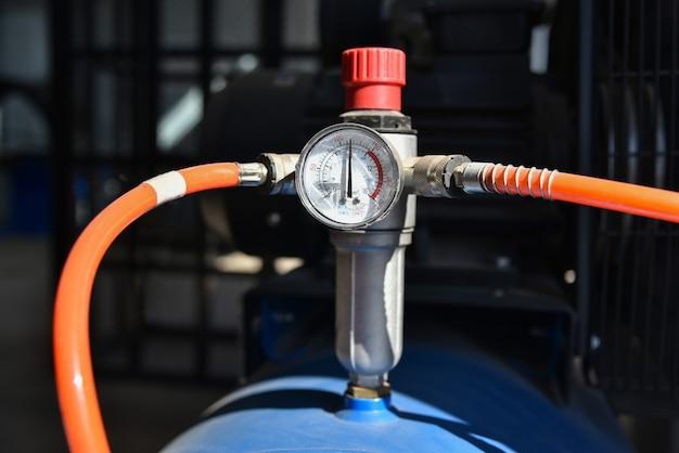 Manometer voor het meten van bandenspanning bij het oppompen van autobanden