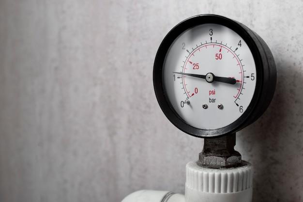 Manometer, waterdrukmeter in het verwarmingssysteem van de woning