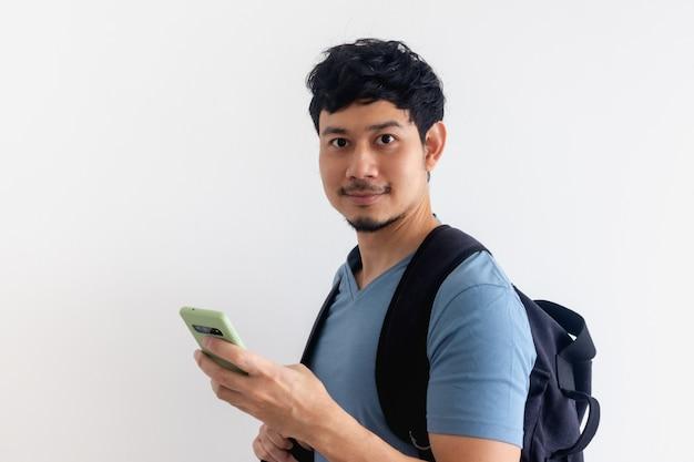 Manreiziger met een rugzak gebruikt een mobiele telefoontoepassing