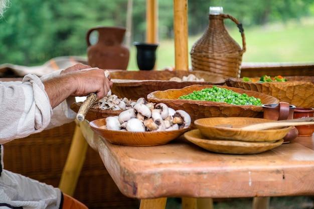 Mans handen schoonmaken van witte champignons voordat de maaltijd wordt bereid.