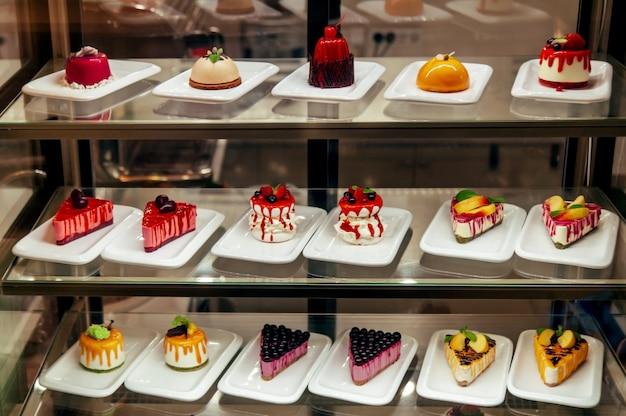 Manu kleine cakes voorbij showcase in winkel is te koop
