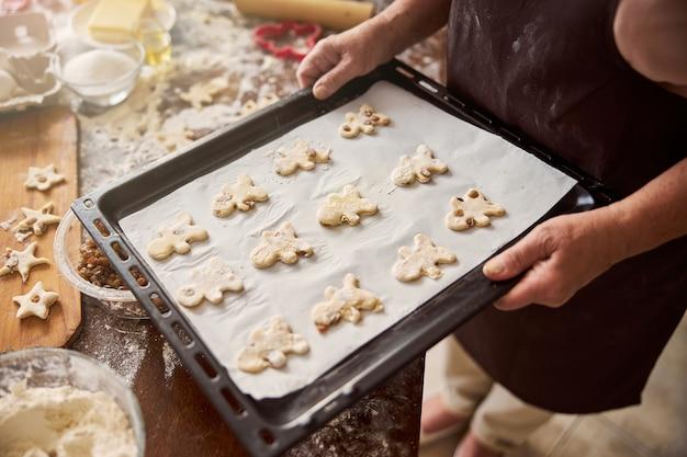 Manvormige koekjes klaar om de oven in te gaan