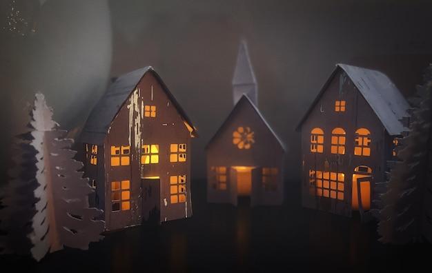 Maquettes van kleine huisjes met kerstverlichting in amsterdam tijdens corona lockdown covid 19