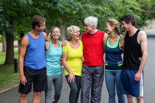 Marathon atleten poseren en lachen