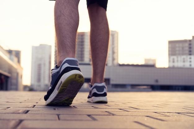 Marathonloopschoen. outdoor training. sport atleet, runner training. atletische fitnessoefening. jong yogabootje, fit. gezonde levensstijl. welzijn van actieve mensen.