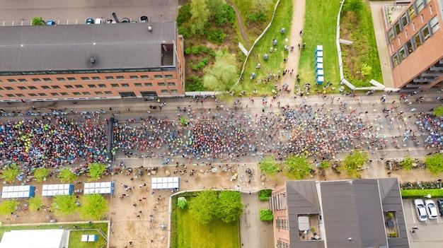 Marathonloopwedstrijd, luchtfoto van start- en finishlijn met veel lopers