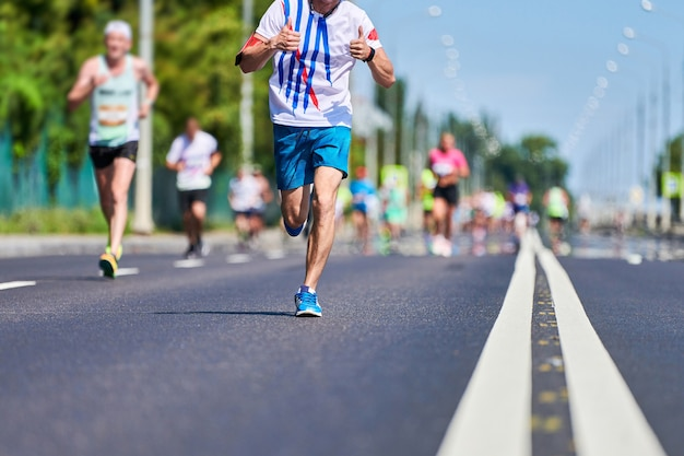 Marathonlopers op stadsweg. loopwedstrijd. straat sprinten buiten. gezonde levensstijl, fitness sportevenement.