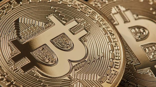 Marco shot van gouden bitcoins nieuwe moderne valuta voor bitcoin-betalingen. bitcoin cryptocurrency. elektronisch geld mijnbouwconcept
