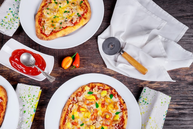 Margarita and salmon pizza. pizza diner. pizza's geserveerd op houten tafel bovenaanzicht