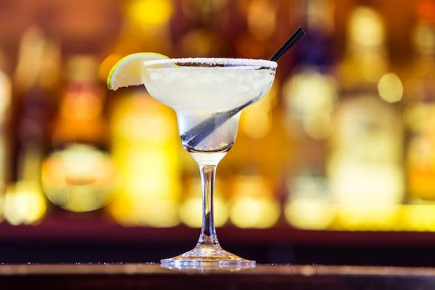 Margarita cocktail in een glas op felle lichten.