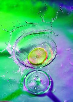Margarita cocktail met een citroenplak op het glas gezien op gekleurd