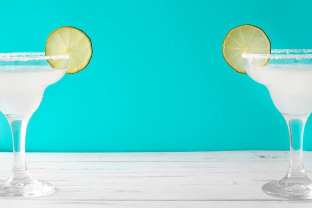 Margarita-cocktails op een witte houten lijst en een blauwe achtergrond
