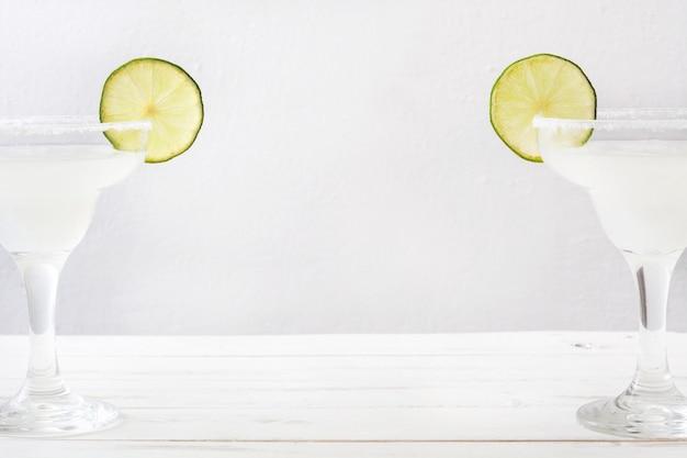Margarita cocktails op een witte houten tafel