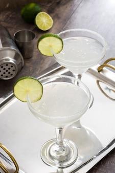 Margarita cocktails op houten tafel