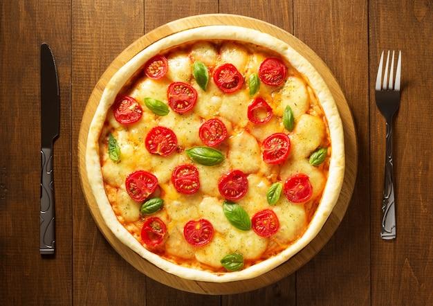 Margarita pizza aan houten tafel