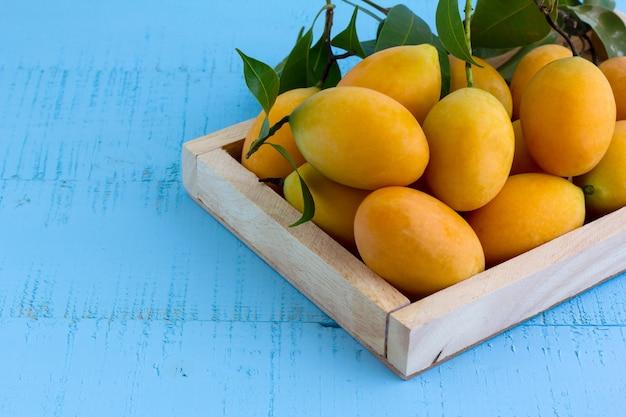 Marian plum of plango op houten tafel.