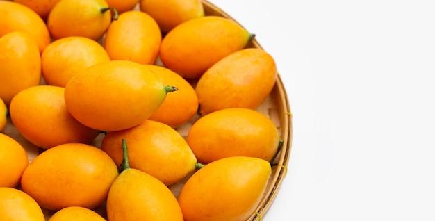 Marian pruimfruit dat op witte achtergrond wordt geïsoleerd