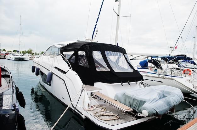 Mariene parkeren van moderne motorboten. luxe jachten aangemeerd in de zeehaven.