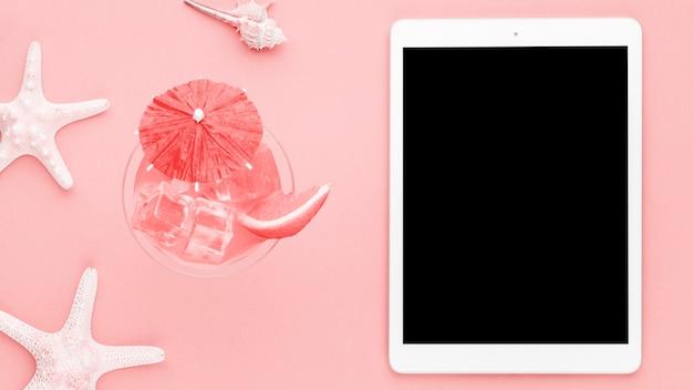 Mariene samenstelling met tablet op lichte achtergrond