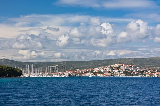 Marina frapa, rogoznica, kroatië, uitzicht. horizontaal zonnig schot