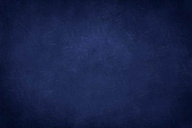 Marineblauwe betonnen muur met krassen