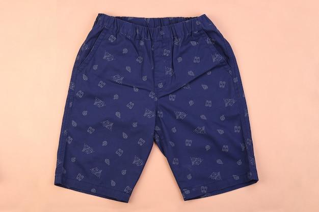 Marineblauwe heren casual korte broek op roze pastel achtergrond