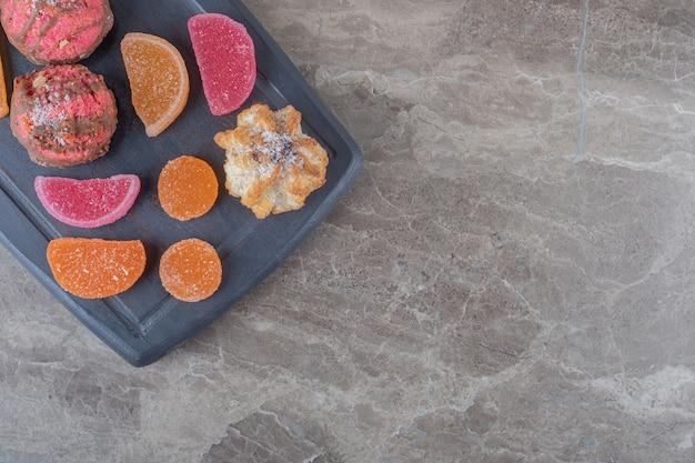 Marinebord met marmelades en koekjes op marmeren oppervlak