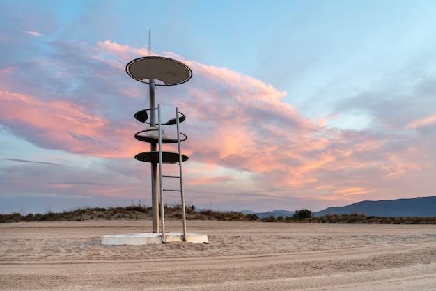 Maritieme reddingswachttoren op het zandstrand van ampuriabrava, catalonië, spanje.