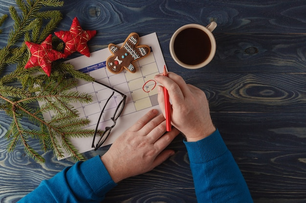 Markeer de datumkalender voor kerstmis, 25 december, met feestelijke decoraties