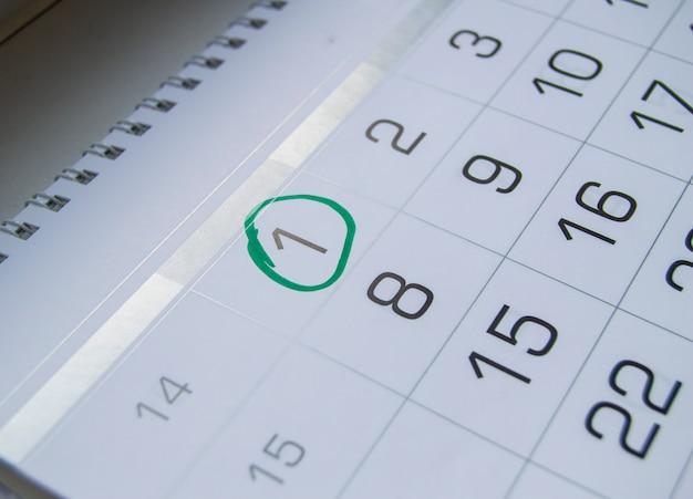 Markeer een cirkel op de kalenderdatum van april, het feest van de dag van de dwazen, lachen, humor, grappen