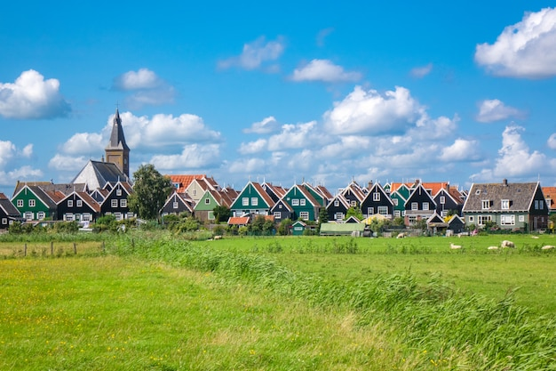 Marken eiland, mooie traditionele vissers dorpshuizen, typisch nederlands landschap, noord-holland, nederland