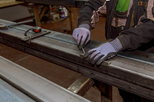 Markeringen op een metalen oppervlak voor het boren van gaten. markeergereedschap.