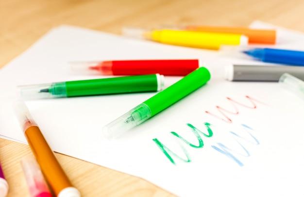 Markers, schrijven en kleuren, handen, tekenen, veelkleurig