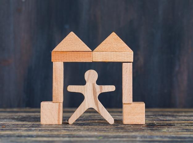 Marketing concept met houten cijfer, blokken in poortvorm op houten en grunge zijaanzicht als achtergrond.
